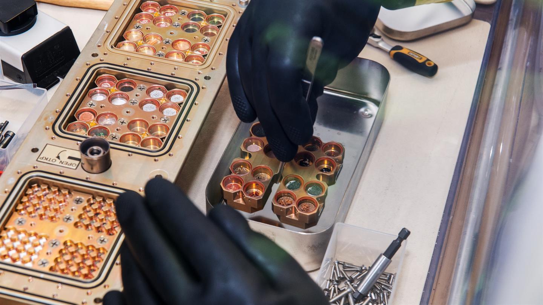 BIOMEX : Ausbau der Proben nach der Rückkehr im DLR Labor unter Schutzatmosphäre aus der Expose R2 Anlage